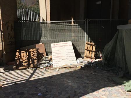 Da http://lacitta.eu/cronaca/10053-l-ingresso-del-liceo-classico-buratti-fa-vergogna-a-se-stesso.html